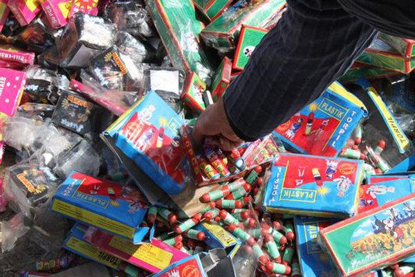 کشف و ضبط ۲۷۹۸ بسته مواد محترقه غیرمجاز